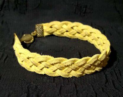 желтый браслет