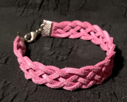 розовый браслет из замши